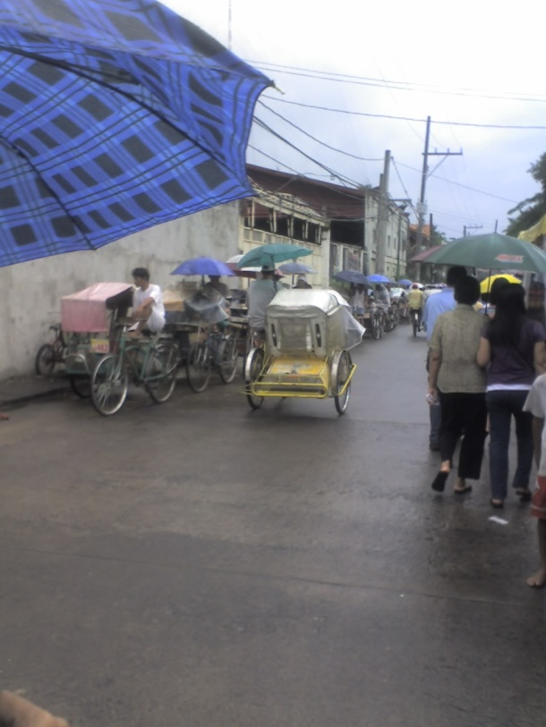 You may walk all the way to the church, or take a ride in smoke-free pedal-powered pedicabs (padiác).