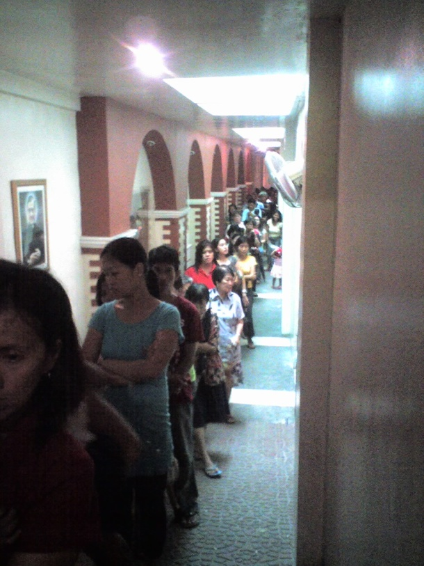 The long queue to Lolo Uweng. This hall is at the right side of the church.