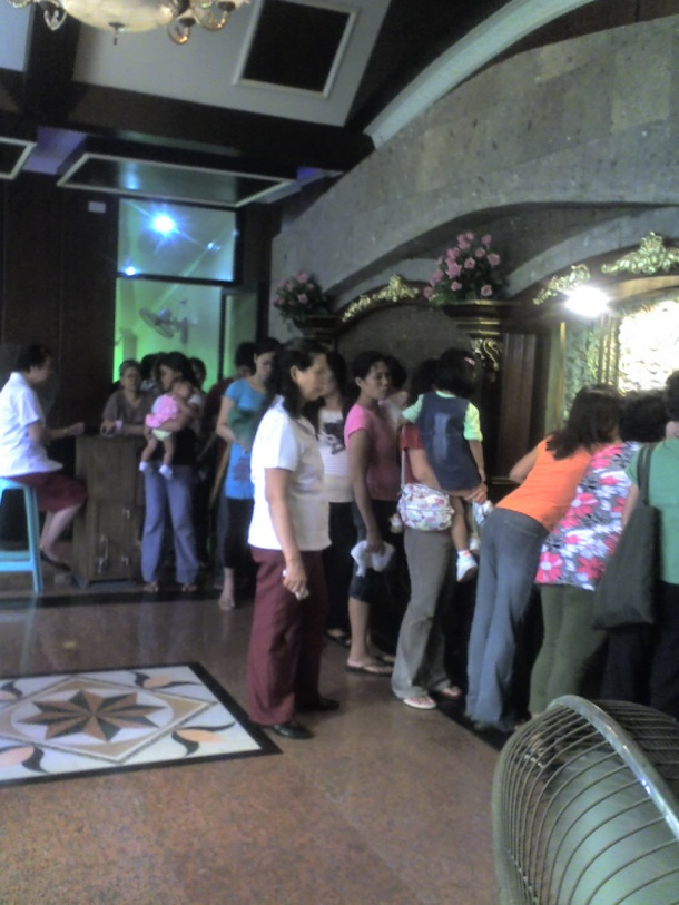 The patient devotees finally reach Lolo Uweng. During Holy Week, the queue could stretch as far as Calambâ!