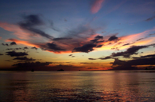 Bahía de Manila is famous for its breathtaking sunsets.