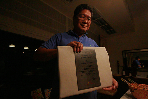 Dr. Remolona displaying his B-Pinoy Award plaque.