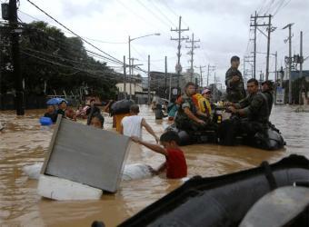 Marineros estadounidenses participan en las tareas de ayuda en Filipinas tras el paso de la torment 'Ketsana' (from EL PAÍS)