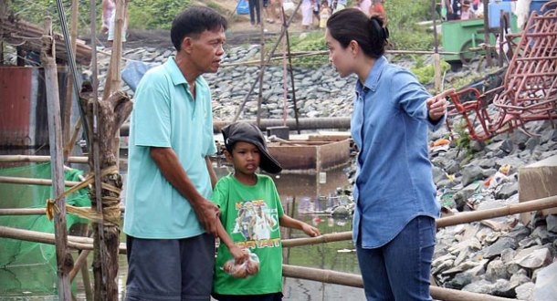 Visiting Typhoon Ondoy's victims: a perfect way to campaign: