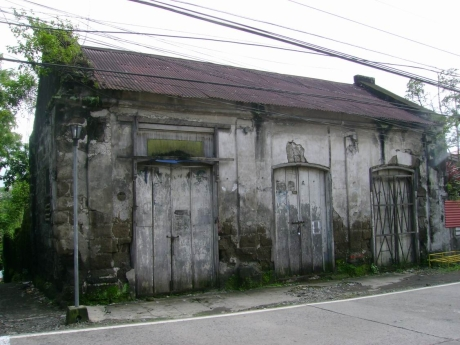 Arnold said it's a house. I think it's a bodega. But we're not really sure. Whatever it is, it's still exquisite to our eyes, a historic Taal edifice.