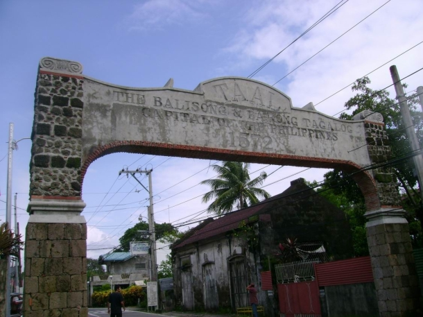 This arch is a disappointment. The carved text should've been written either in Spanish or Tagalog to preserve the town's historicity.